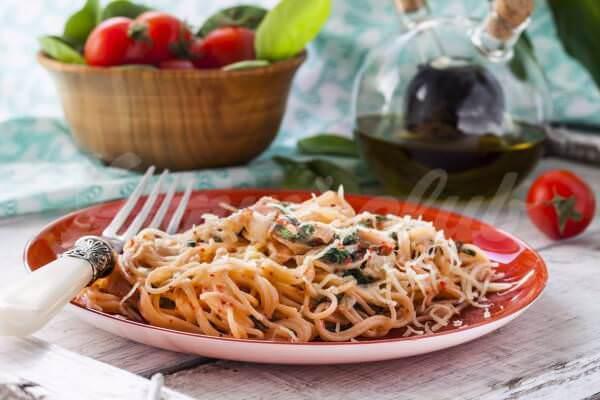 На фото Спагетти с лососем и шпинатом