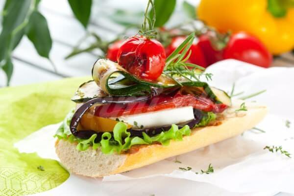 На фото Летняя брускетта с овощами гриль и моцареллой