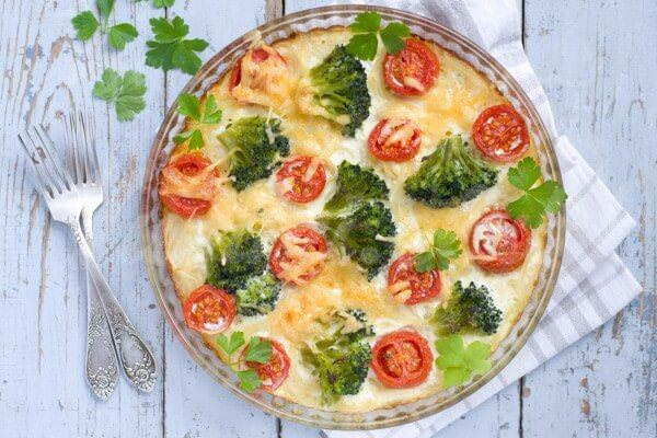 На фото Запеканка с брокколи и помидорами