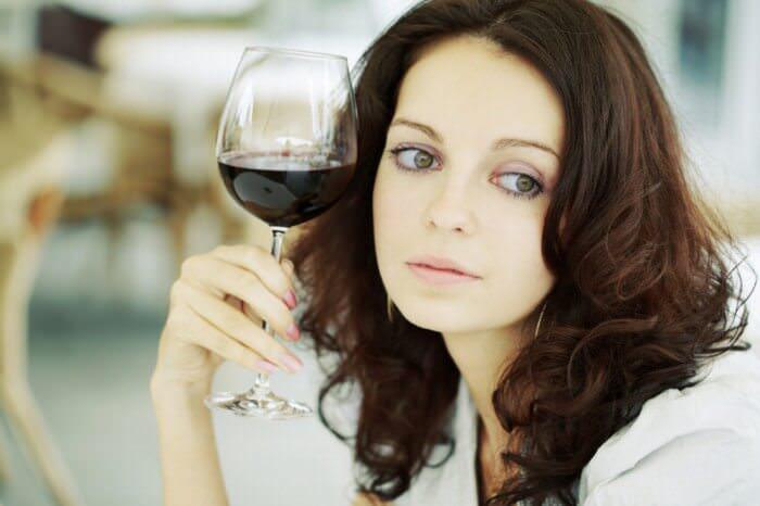 На фото Как строгие диеты влияют на развитие алкоголизма