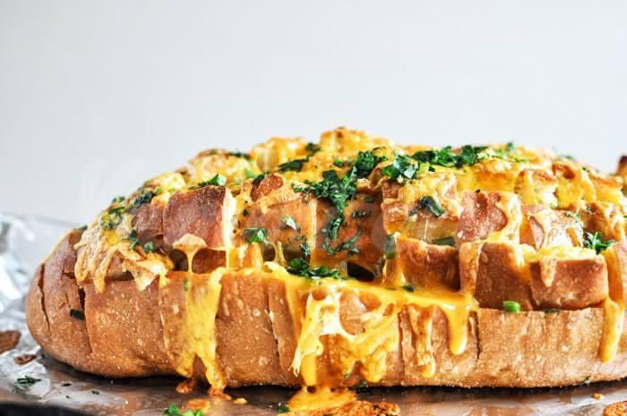 На фото Сырный хлеб в микроволновке