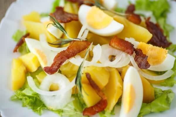 На фото Теплый салат из картофеля, яиц и бекона