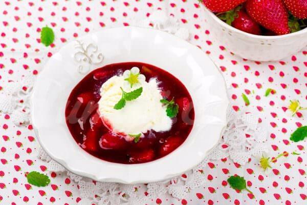 На фото Ягодный суп с мороженым