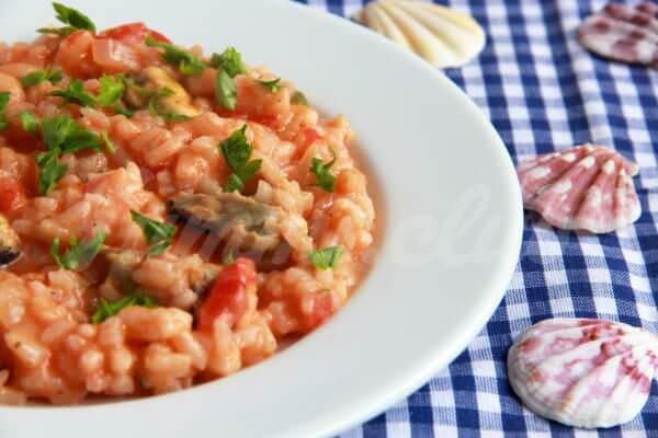 На фото Рис с мидиями в томатно-сливочном соусе