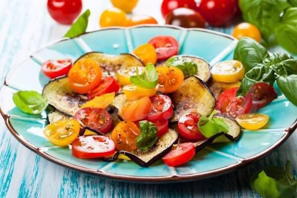 На фото Салат из жареных баклажанов с помидорами