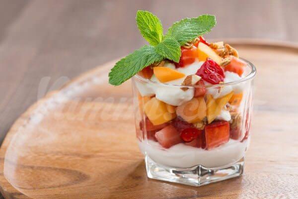 На фото Йогурт с клубникой и абрикосами