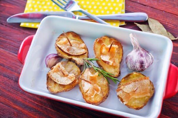 На фото Запеченный картофель с салом