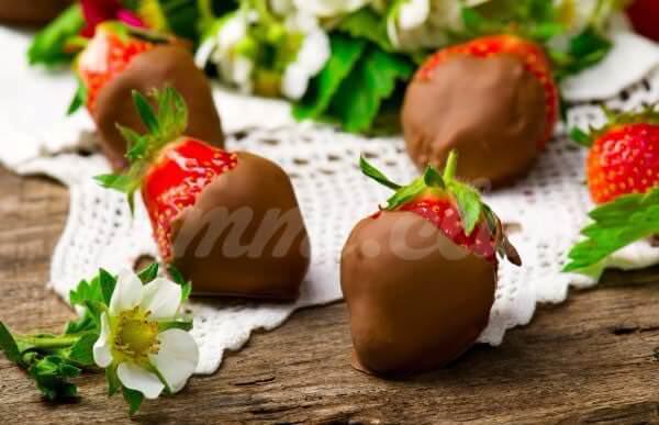 На фото Клубника в шоколаде