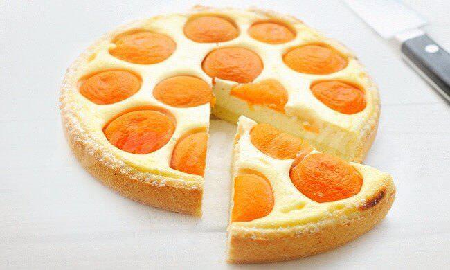 На фото Легкий пирог с персиками