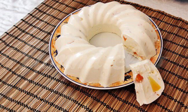 На фото Легкий творожно-ананасовый десерт