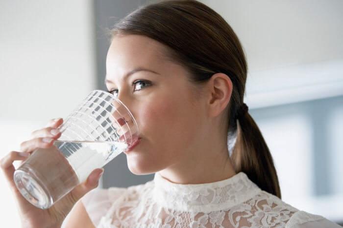 На фото Как правильно пить воду
