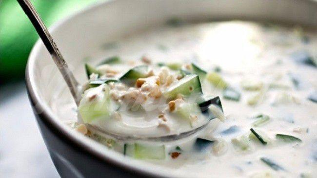 На фото Таратор (легкий холодный суп)