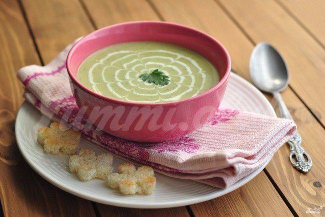 На фото Летний холодный суп из кабачков