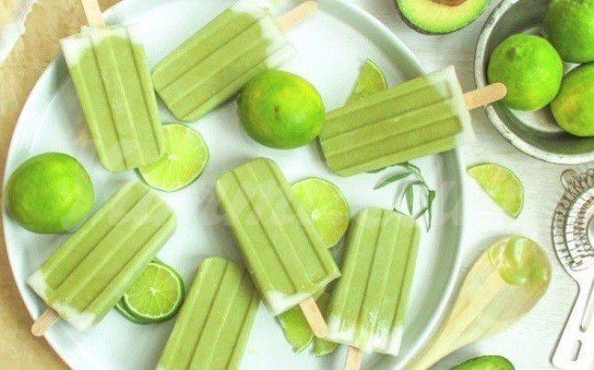 На фото Мороженое из кокосового молока и авокадо с лаймом