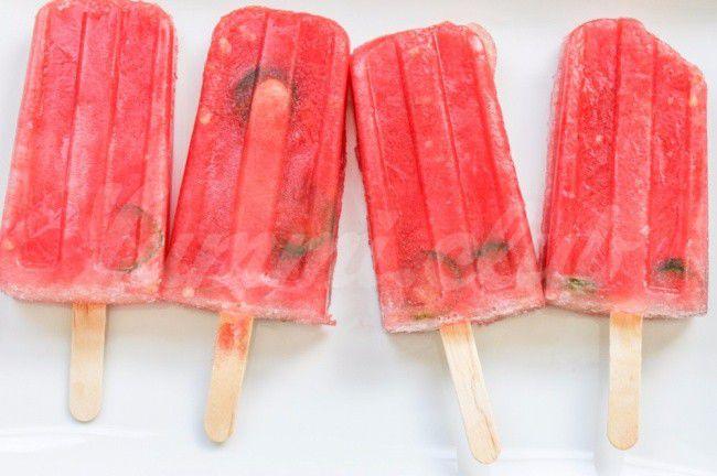 На фото Пикантное арбузно-томатное мороженое