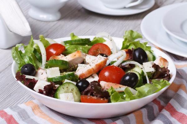 На фото Греческий салат с курицей
