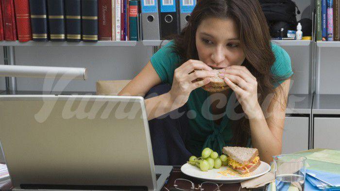На фото Летний перекус в офисе