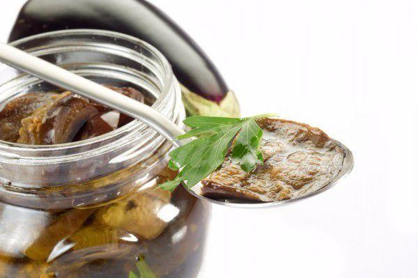 На фото Маринованные баклажаны с чесноком