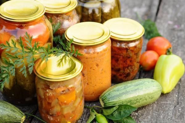 На фото Салат на зиму из кабачков в томатном соусе