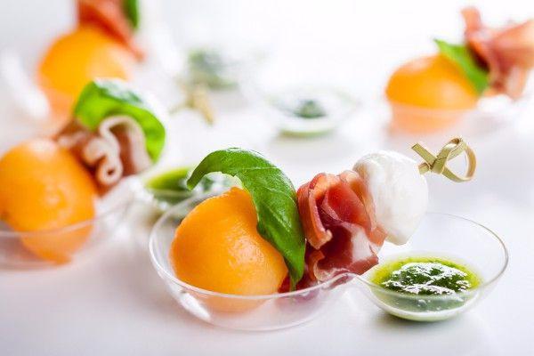 На фото Летняя закуска из дыни и прошутто