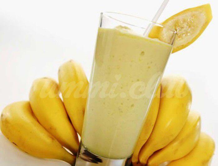 На фото Смузи из банана, яблока, отрубей + кинза