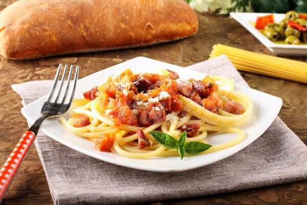 На фото Спагетти в томатном соусе с беконом