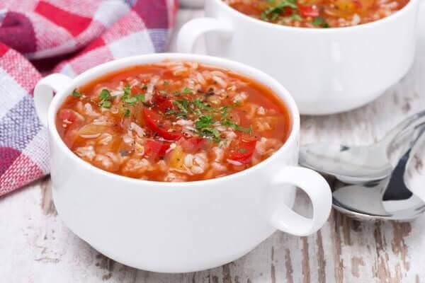На фото Томатный суп с рисом