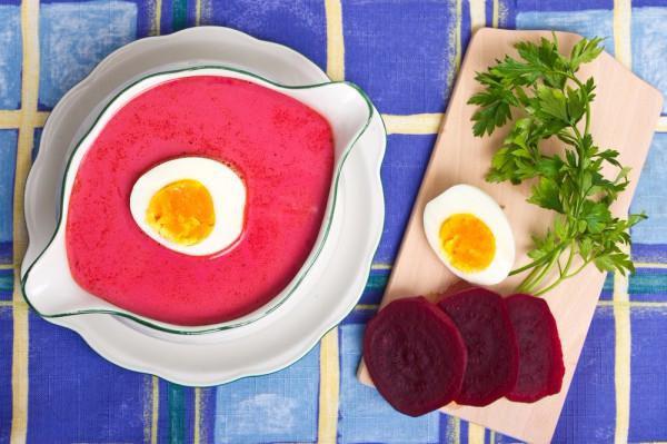 На фото Холодный свекольный суп-пюре