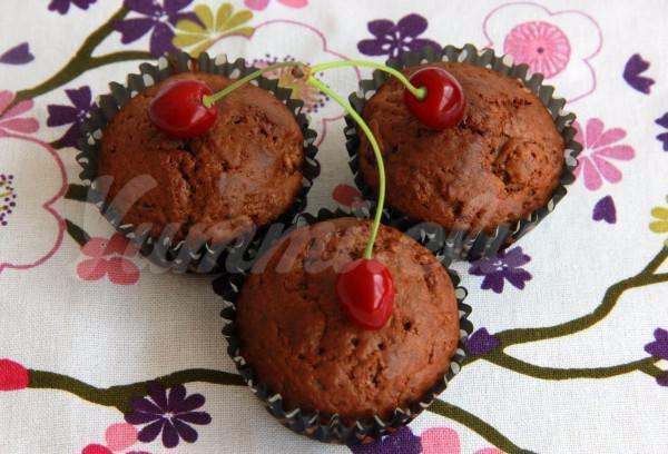На фото Шоколадные кексы с какао и вишней