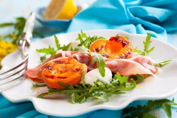 На фото Летний салат из персиков, ветчины и сыра
