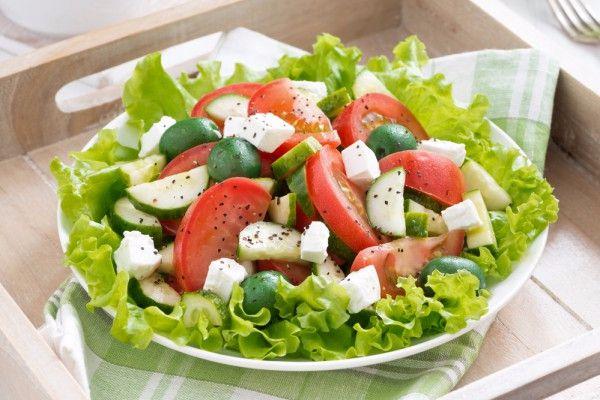 На фото Салат из огурцов и помидоров с сыром