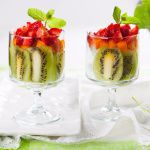 Рецепт Летний десерт из киви, абрикосов и клубники