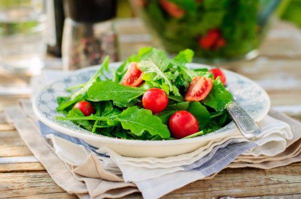 На фото Простой летний салат из рукколы и помидоров