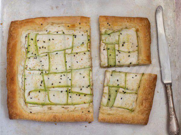 На фото Пирог из слоеного теста с кабачками