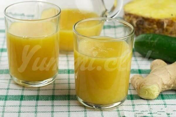 На фото Смузи из огурца, шпината, ананаса, зеленого чая, лимона и имбиря