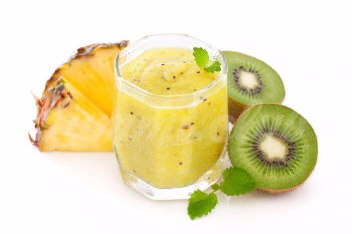 На фото Смузи из ананаса, киви, огурца и лимона