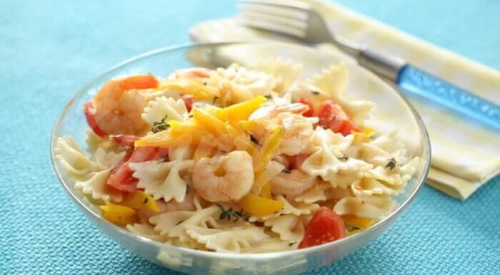 На фото Теплый салат из пасты с креветками