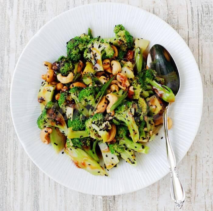 На фото Кисло-сладкий салат из брокколи