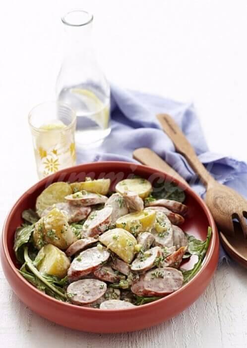 На фото Теплый салат из картофеля и сосисок
