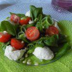 Рецепт Испанский салат с моцареллой, шпинатом, помидорами и горохом