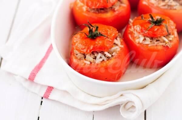 На фото Фаршированные помидоры с рисом и мясом