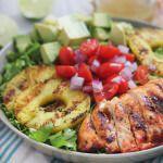 Рецепт Курица, приготовленная на гриле, с салатом и острым соусом
