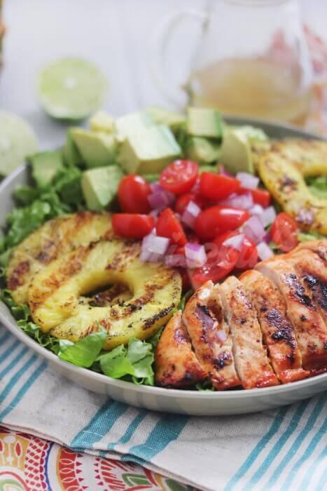 На фото Курица, приготовленная на гриле, с салатом и острым соусом