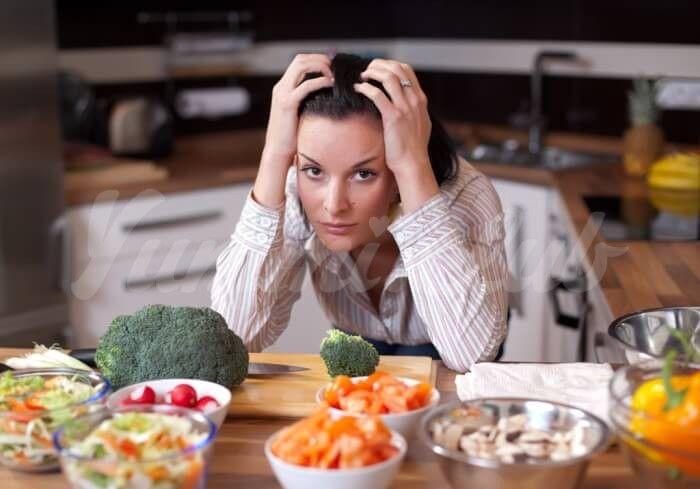 На фото Стресс снижает уровень самоконтроля у людей на диете