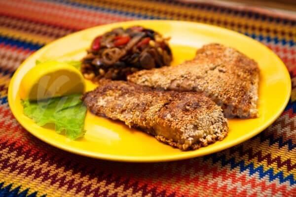 На фото Жареная рыба в кунжуте