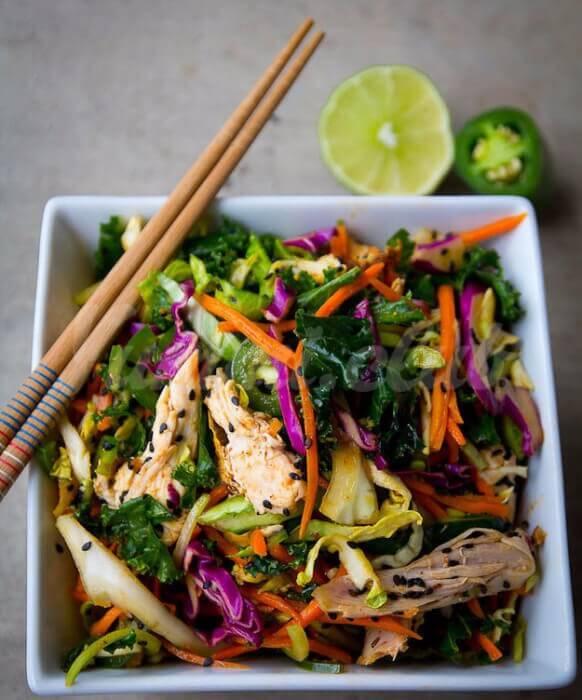 На фото Острый азиатский салат с курицей