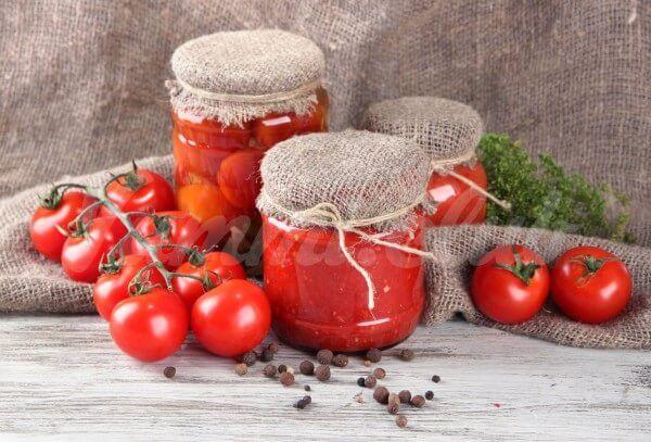 На фото Быстрые маринованные помидоры