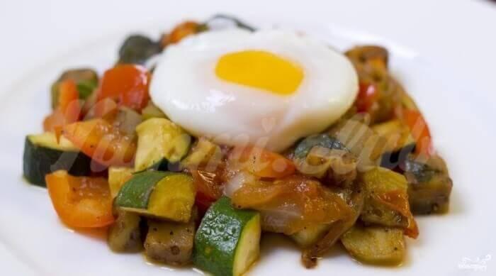 На фото Рататуй с яйцом