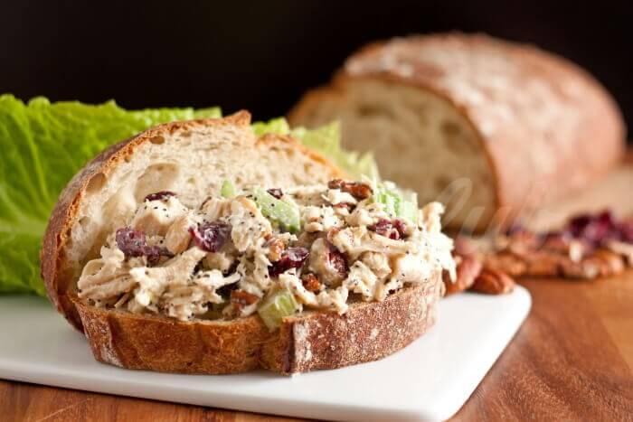 На фото Сэндвич с курицей по-калифорнийски