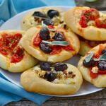 Рецепт Мини-пицца с помидорами, сыром и маслинами